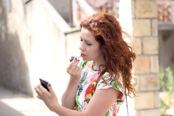 """Przyłapana na makijażu w """"telefonie"""""""
