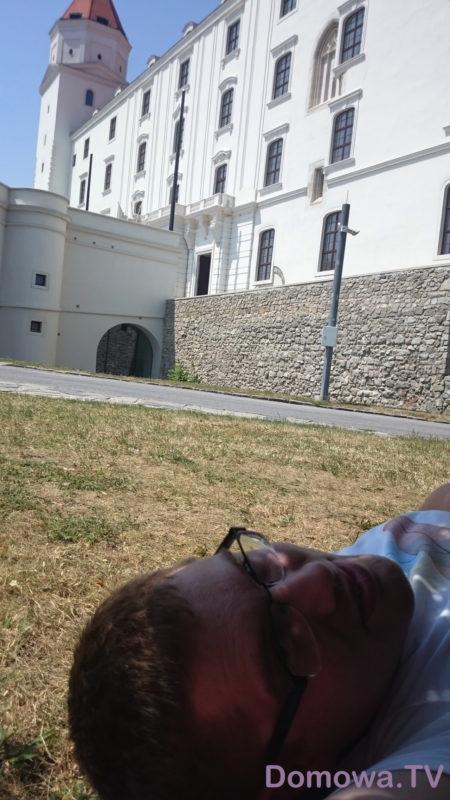 Odpoczynek w cieniu drzew pod zamkiem