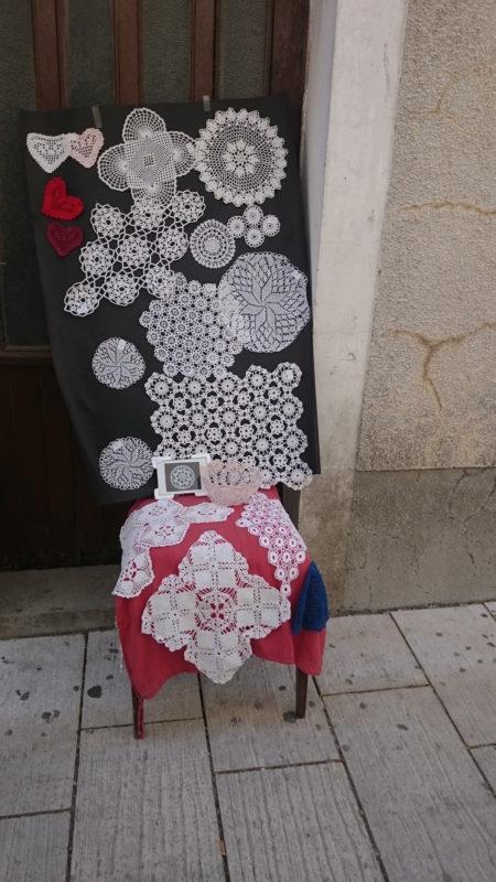 Koronki z Pagu, na każdym rogu można kupić mniejsze lub większe obrusy koronkowe