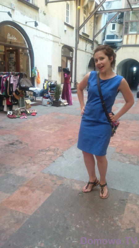 Lniana sukienka, a w tle jedna z uliczek w Bratysławie