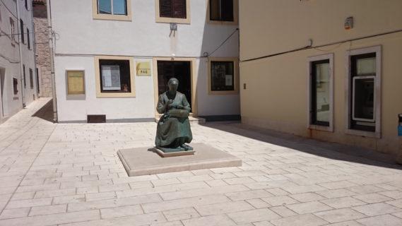 Rzeźba koronczarki, ale prócz rzeżby niemal na każdym kroku można spotkać kobietę, która plecie snieżnobiałe nitki
