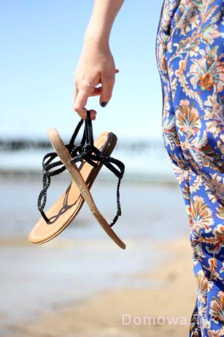 Spodnie o dresowym kroju, sandałki - na plażę idealny zestaw na spacer