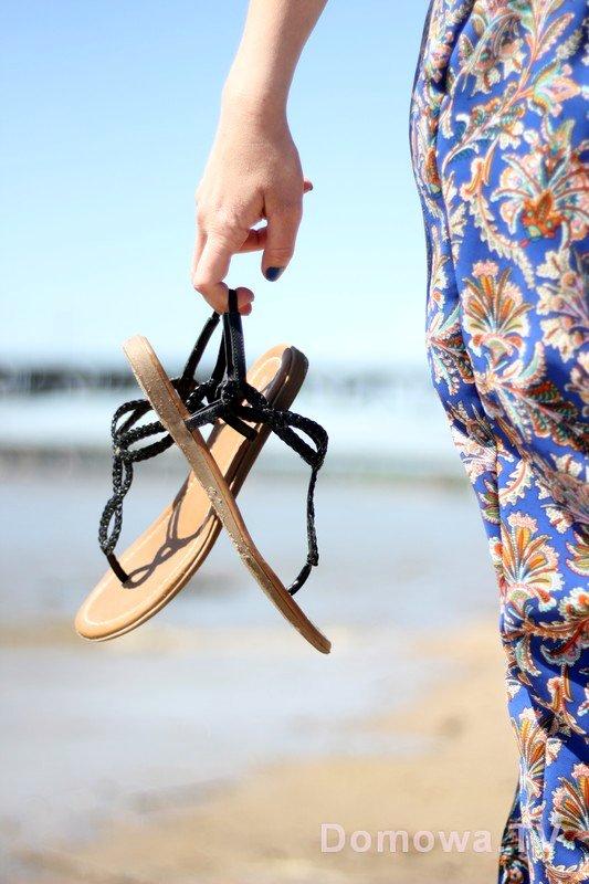 Spodnie o dresowym kroju, sandałki – na plażę idealny zestaw na spacer