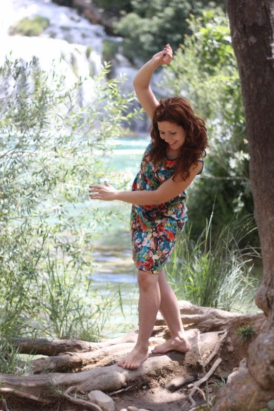 Sukienka w papugi, a w tle wodospady Krka