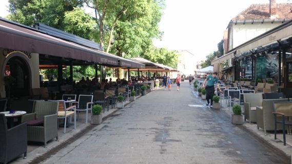Deptak pełen kawiarni i restauracji