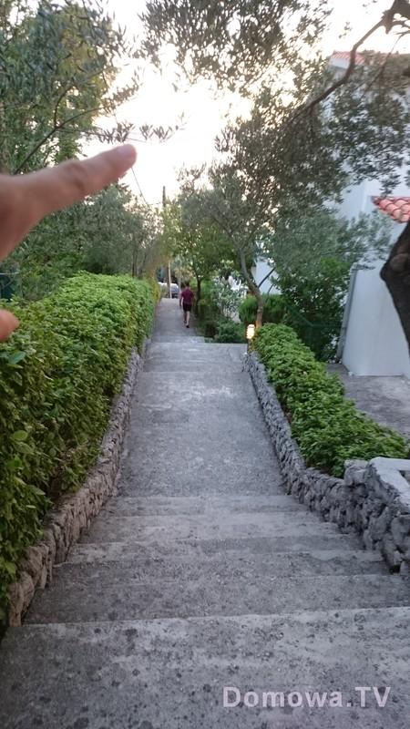 """To białe co pokazuję palcem to woda, mamy więc blisko, """"tylko"""" po schodach :)"""