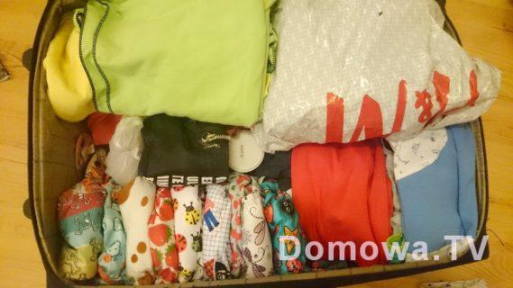 Nasza walizka na tydzień, zapas pieluszek zajmuje tyle miejsca co jednorazówki - nie jest źle :)