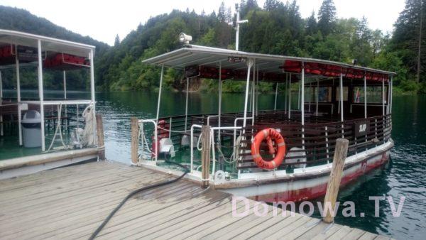 Łódka, ktorą płynie się przez jezioro