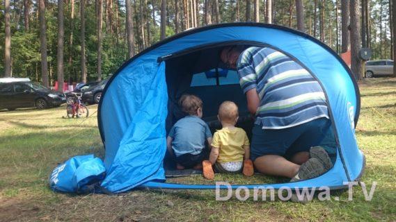 Dzieciaki pod namiotem