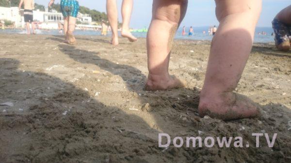 Goła pupa na plaży
