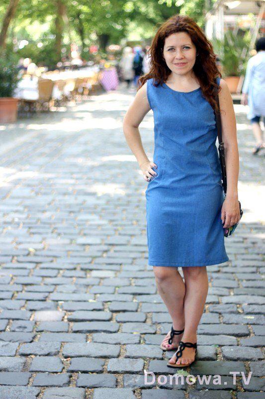 Lniana w tonacji niebieskiej. Uniwersalna, prosta. Lubię takie sukienki. To taka sukienka kameleon, zmieniasz dodatki i już wygląda inaczej. Zdjęcie letnie z Bratysławy