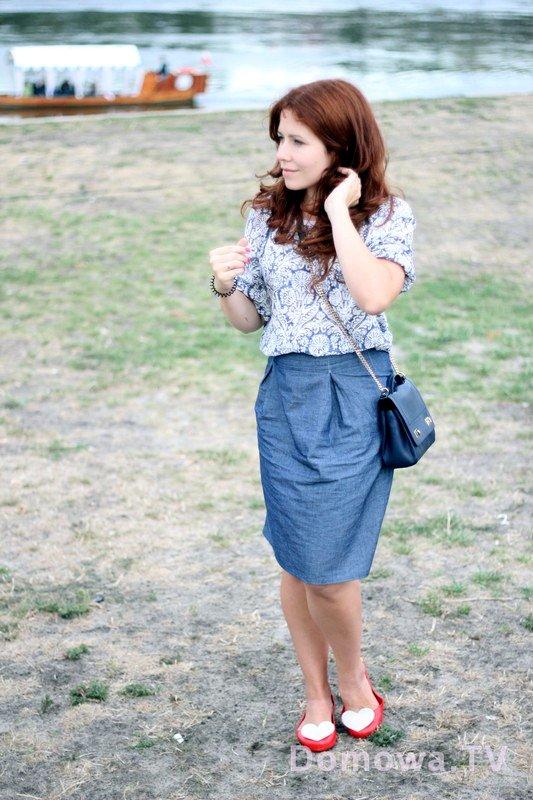 Z bluzką z batystu z długim rękawem