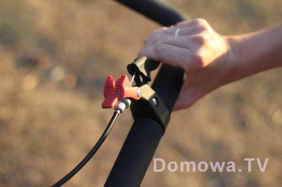 Hamulec ręczny (to czerwone to opcja blokady na postoju)