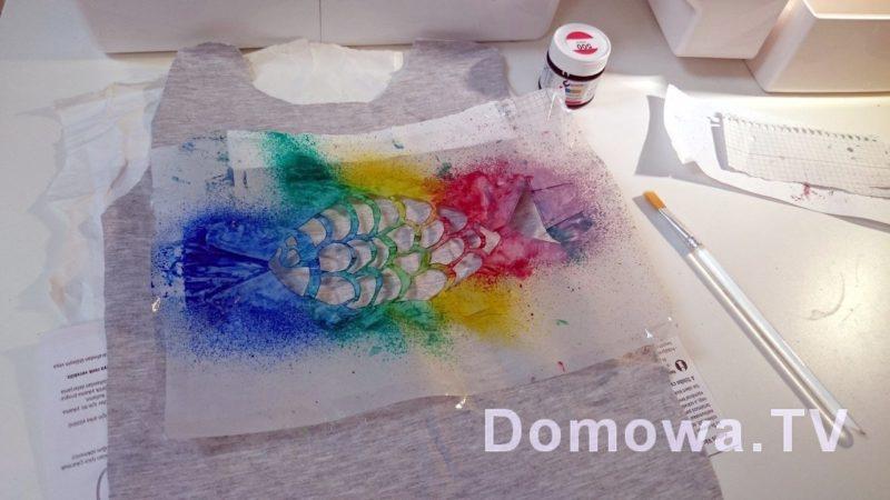 Malowanie ubrań farbami do tkanin z szablonem