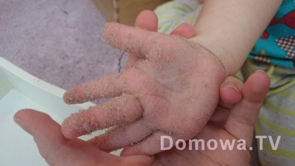 Aha! ten oryginalny lepi się do jednych rączek na świecie na pewno ;) większości dłoni nie brudzi, ale niektóre jak widać go przyciagają :)