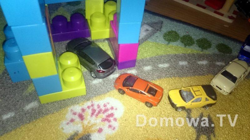 Tutaj był labirytn z kolejką samochodów, ale trochę mi chyba nie wyszło, bo dzieci wstały i wszystko rozebrały :) chyba uznały, że nie zbudowały tego samochody :)