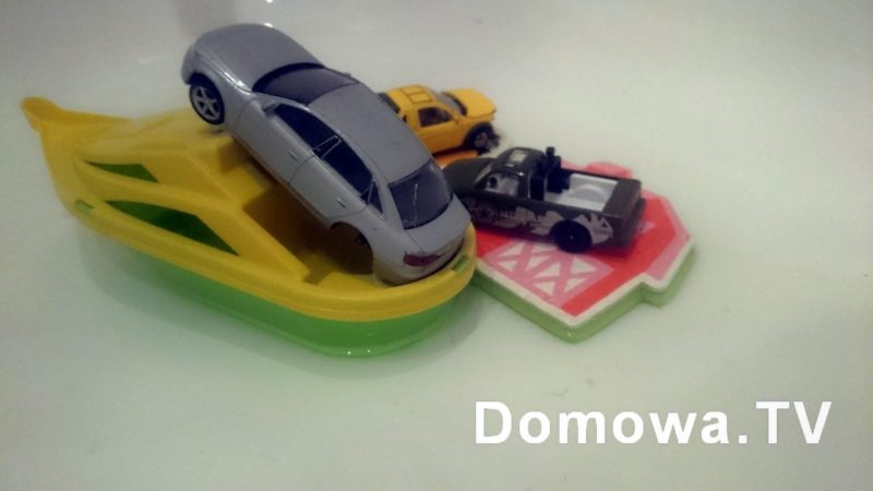 """I ostatni hit :) """"Mamo choć szybko, zobacz, zobacz co te autka robią! Pływają na łódce, a małe autka zrobiły łódki z domków!"""""""