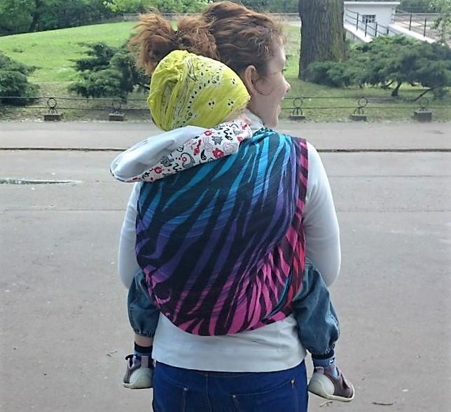 Noszenie dziecka większego, trzylatek, a wygląda niczym maluch :)