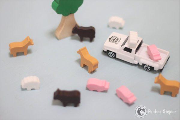 Wersja uproszczona, czyli dorzucam dwa rekwizyty z zabawek :) dzieciom łatwiej zapamiętać, że świnka była na pace, a krowa przy drzewie :)