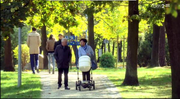 "Screen z serialu ""M jak miłość"", w tle Mima Xari"