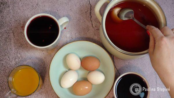 Wystarczy zanurzyć jajo w wywarze