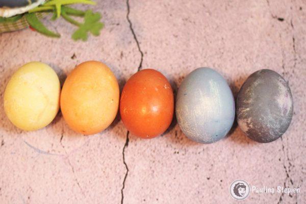 Zabarwione jajka: kurkuma 30 minus, cebula 30 minut, cebula na ciepło 15 minut, kapusta 30 minut, kapusta 2 godziny
