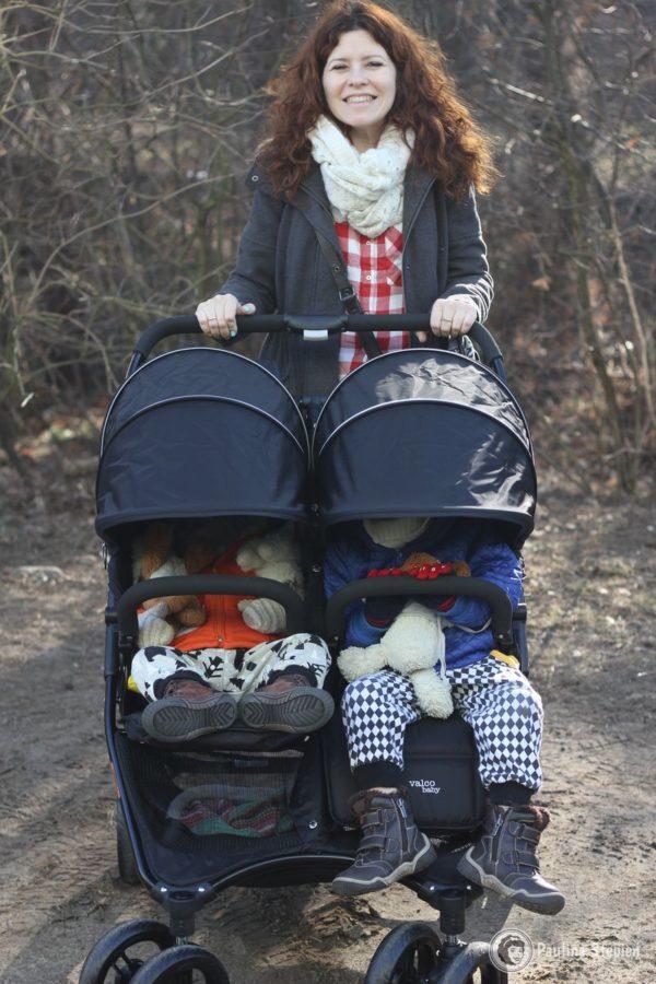 Wygodny do prowadzenia, w środku jest dwójka sporych dzieci, a mimo to się mieszczą :) 2 l i 3,5. Starszak już nie jeździ w wózku stąd podwójnie byłam zaskoczona, jak fajnie się mięści