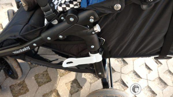 To szare to blokada wózka przed rozłożeniem, gdy jest złożony