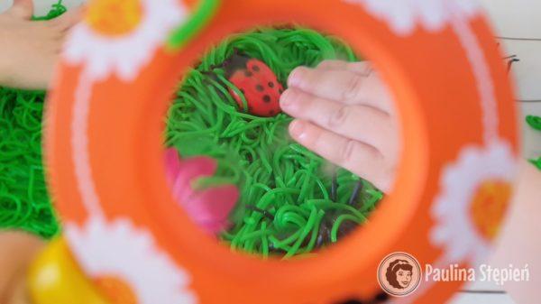 Insect Sensory Bin, czyli świetna sensoryczna zabawa z robakami :)
