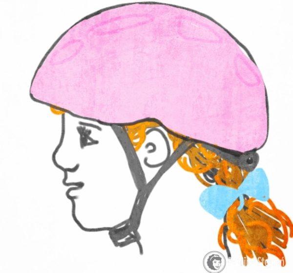 Kask do połowy czoła, zapięcie w Y, pod brodą zapięte przy otwartej buzi, u dziewczynek włosy związane w kucyk nisko