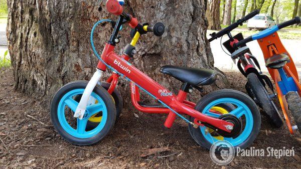 Z przodu rowerek z klasyczną ramą, a za nm z obniżoną (Btwin vs Puky)