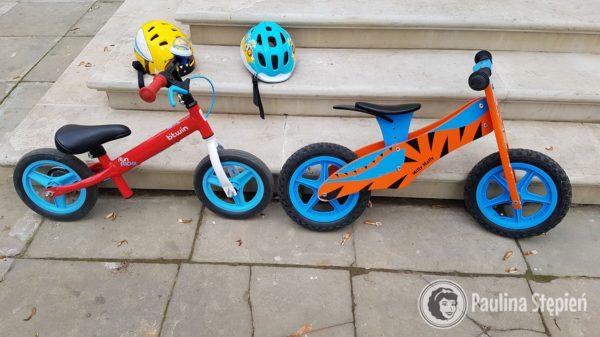 Rowerki biegowe – z lewej klasyczny, regulacja siodełka ze sztycą, po prawej drewniany, trzeba wykręcić ten element z siodełkiem