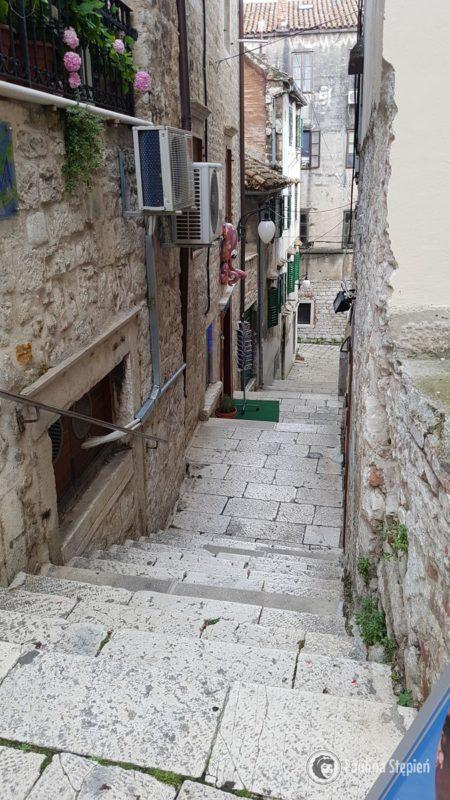 Jedna z uliczek i schody w Szybeniku