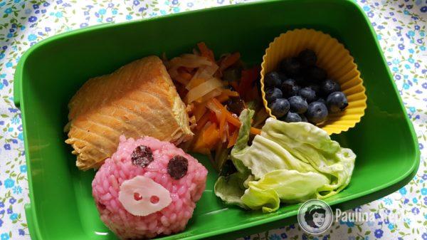 Tutaj posiłek typowo obiadowy, ryż, ryba, warzywa i owoce