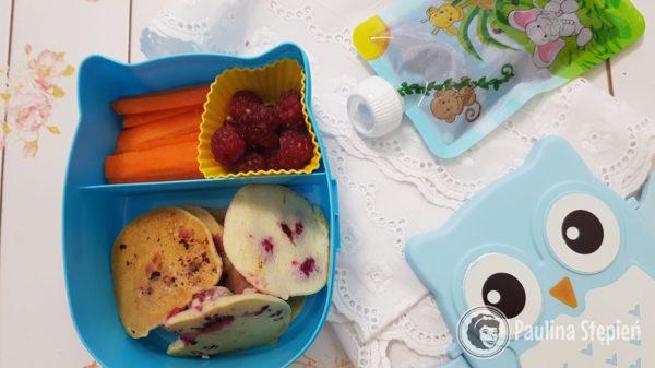 Marchewka, owoce, placki z malinami i mus w saszetce