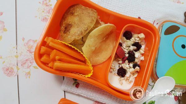 Ryżowe placki z owocami, marchewka i jogurt