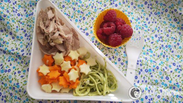 I kolejne danie obiadowe, kurczak, warzywa, makaron z cukinii z pesto + maliny