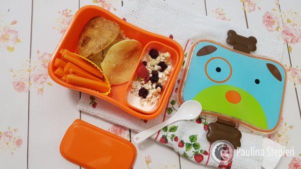 Pojemniki Skip Hop na jedzenie dla dzieci, tutaj placuszki ryżowe z jabłkami, marchewka i jogurt z musli