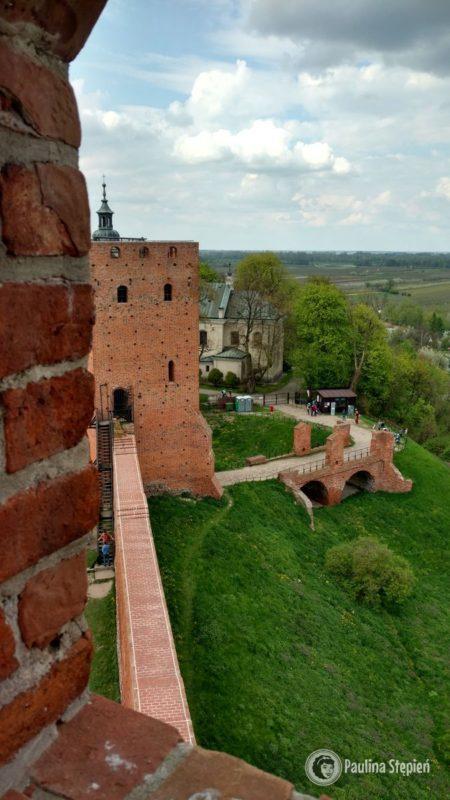 Widok z wieży na most przy wejściu do zamku