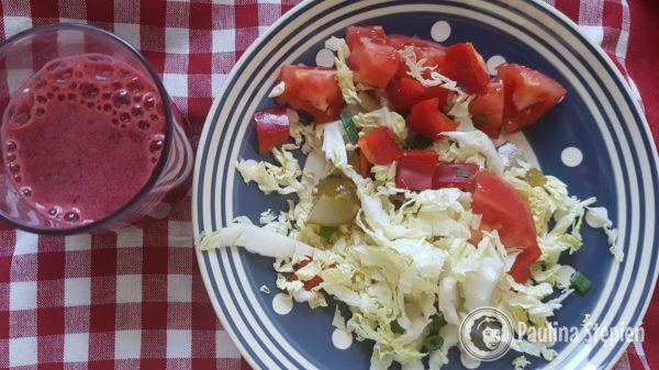 Śniadanie, sałatka i sok z buraków