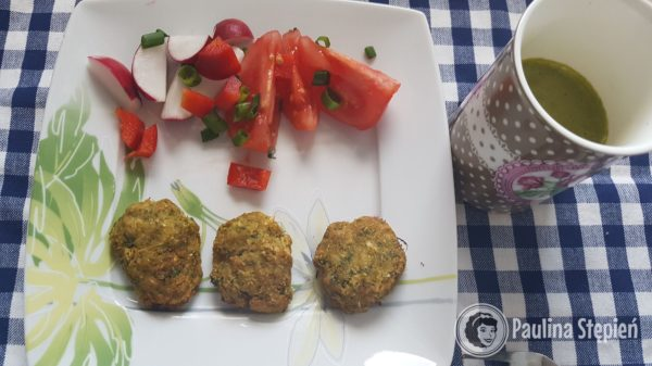 Śniadanie, warzywa, kotleciki błonnikowe