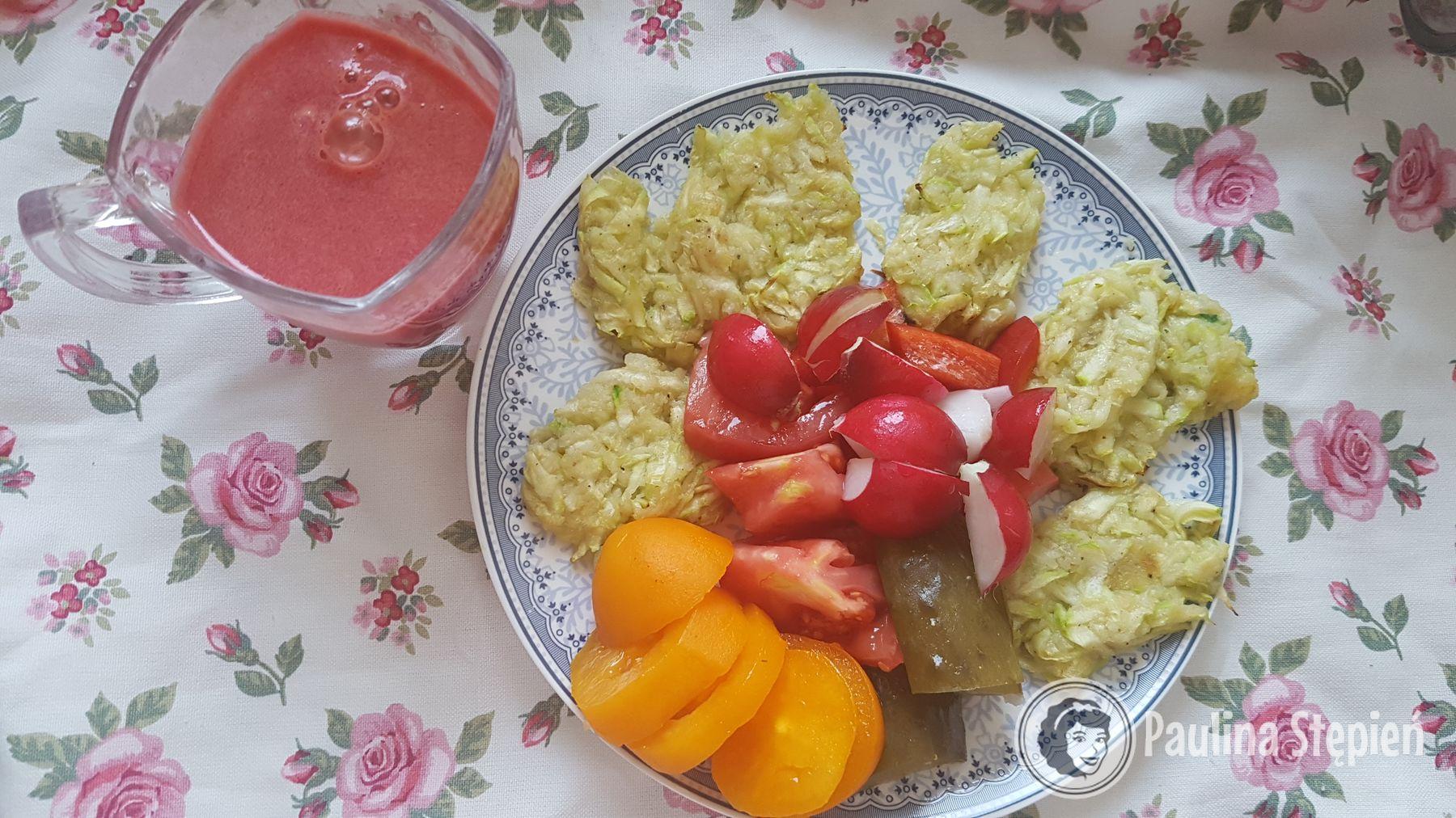 Śniadanie: kotlety-placki z cukinii, warzywa, sok