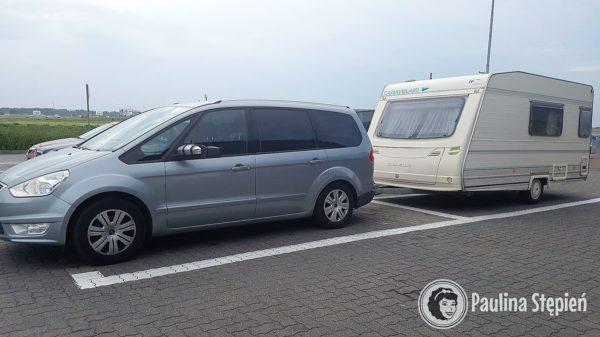 Ograniczenie jest takie, że jak chcesz stanąć gdzieś na parkingu np. na stacji benzynowej to musisz zająć dwa miejsca :)))