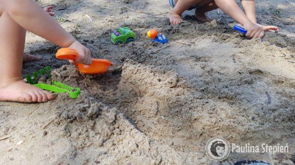 Plaża, może piasek nie taki jak nadmorski, ale dzieci szczęśliwe