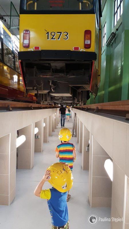Możliwość podziwiania tramwaju od dołu
