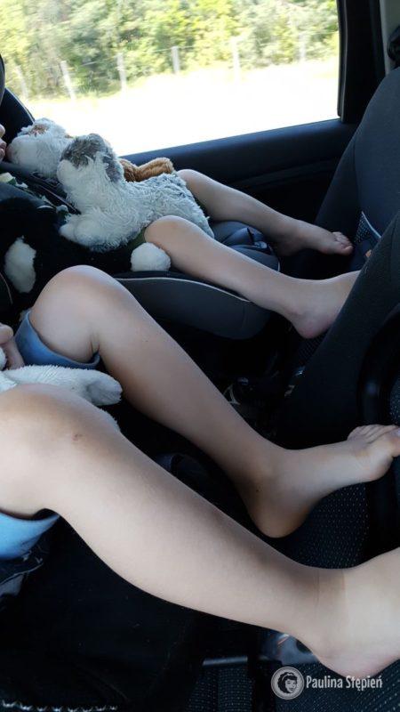 Tutaj nogi czterolatka w foteliku RFW (BeSafe izi combi), a w tle nogi 2,5 latka też w RWF