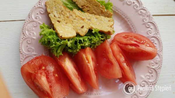 Kolacja, pomidory z tempehem