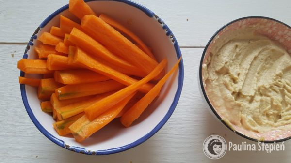 Kolacja, marchewka z hummusem