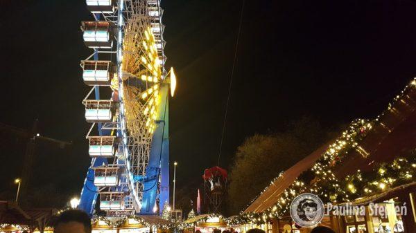 Wieczorem jarmark na tyłach wieży telewizyjnej