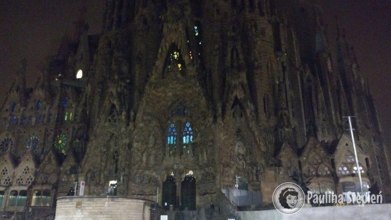 Barcelona Sagrada Familia - nocą wygląda trochę jak z horroru